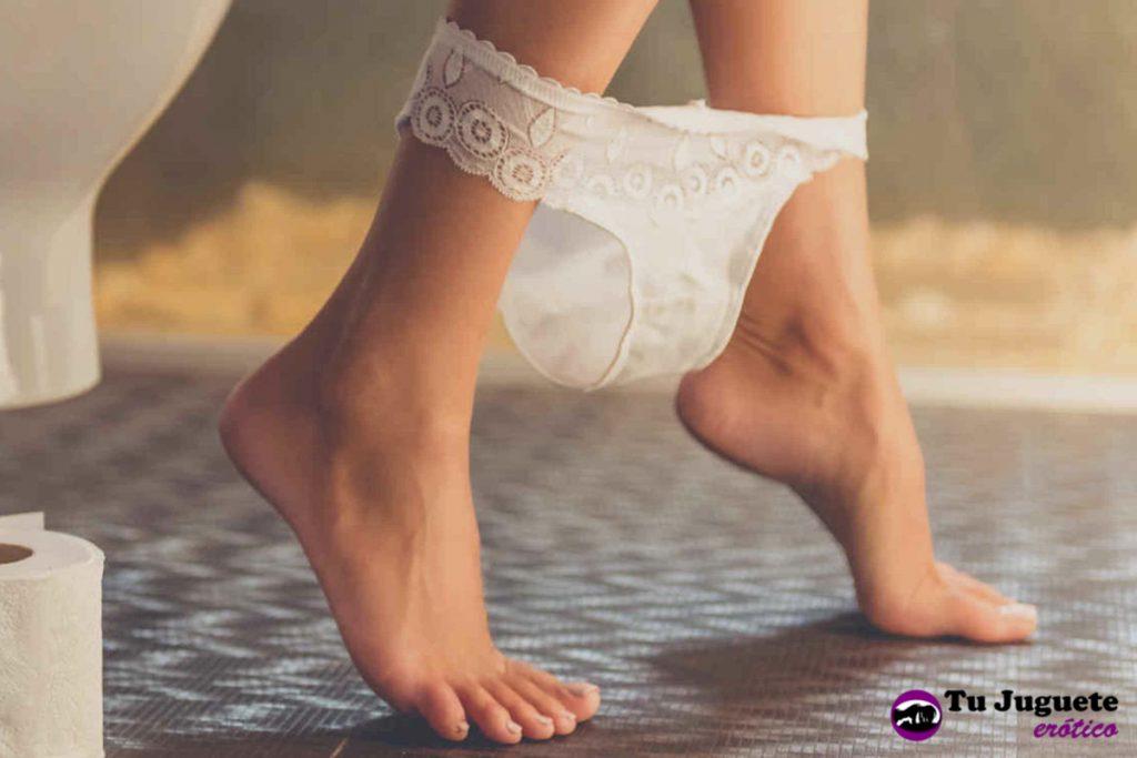 Ropa interior de una mujer que está quitándose un preservativo femenino