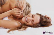 Felicidad de una pareja usando un anillo vibrador